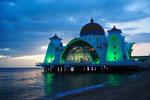 海辺にたたずむ マラッカ海峡モスク あたりが暗くなるまで ぼんやりと眺めてしまいました