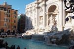 トレヴィの泉の前にも人がたくさん  巨大な彫刻の存在感と エメラルドブルーの泉の色が綺麗