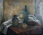 Stillleben mit großem Glaspokal, Flaschen und Früchten vor weißer Decke, Öl auf HFP, 49/59 cm, 1978
