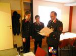 Tobias Mathes und Sebastian Hintner werden zum Feuerwehrmann befördert.