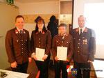 Beförderung von Katharina Hager zum Oberfeuerwehrmann und Florian Hintner zum Hauptfeuerwehrmann.
