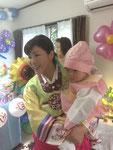 韓国の伝統衣装で、Jin,とママ