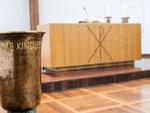 Taufbecken und Altar
