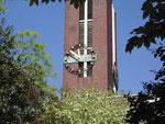 """Turmuhr von Süden mit Inschrift """"So geht die Zeit zur Ewigkeit"""""""