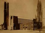 Vollendung des Ensembles mit der Errichtung der Pfarr- und Gemeindehäuser 1957, die bis zum Ausbruch des 2. Weltkriegs noch nicht erbaut waren