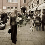 Donna con fiori e cagnolino a Campo Cesare Battista