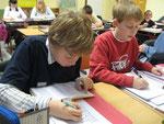 Malte und Hendrik sind voll konzentriert  und verbessern ihre Rechtschreibung