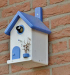 "Houten Nestkastje , ""Nestkastje in Grieks blauw, Details, Vogelhuisje bouwen , vogelhuisje in Grieks blauw, Huisjes details, vlieggat bezet_1"