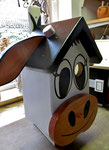 """Houten Nestkastje , """"De Koe, wit-bruin"""", Details, Vogelhuisje bouwen, zijkant links_1"""