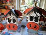 """Houten Nestkastje , """"De Koe, wit-bruin"""", Details, Vogelhuisje bouwen,  eindresultaat, twee koeien naast elkaar"""
