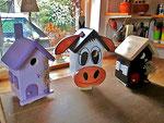 "Houten Nestkastje , ""De Koe, wit-bruin"", Details, Vogelhuisje bouwen, vogelhuisje koe naast andere vogelhuisjes"