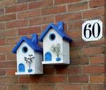 """Houten Nestkastje , """"Nestkastjes in Grieks blauw, Details, Vogelhuisjes bouwen ,  twee vogelhuisjes in Grieks blauw, naamplaatjes"""