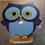 """Houten Nestkastje , """"Nestkastjes in vorm van een Uil, Details, Vogelhuisje bouwen ,  vogelhuisje Uil in de maak, voorkant"""