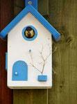 """Houten Nestkastje , """"Nestkastje in Grieks blauw, Details, Vogelhuisje bouwen , vogelhuisje in Grieks blauw, Huisje bezet !"""