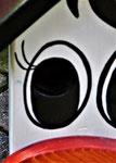 """Houten Nestkastje , """"De Koe, wit-bruin"""", Details, Vogelhuisje bouwen, vogelhuisje koe met oog close up"""