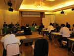 久保田明氏が議長に選出され、議事進行が行われた。