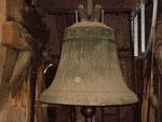 Glocke 4, wurde 1425 in einer Rinkers de Monkehagen Werkstatt gegossen. Sie wurde als einzige Glocke des historisch wertvollen Geläuts nicht für Kriegszwecke demontiert.