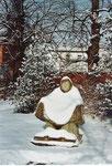 Mutter Erde auf dem Gertrudenfriedhof im Winter