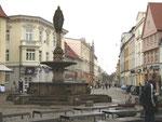 Heinrich Borwin II., Stadtgründer von Güstrow als Bekrönungsfigur auf dem 2889 errichteten Brunnen auf dem Pferdemarkt.