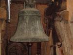 """Glocke 4, rechts neben dem Heilige-Georg-Relief ist der Schriftzug """"C Pfarrkirche"""" zu erkennen, er wurde von den Leuten angebracht, die die Klassifizierung der zu demontierenden Glocken um 1942 vornahmen."""