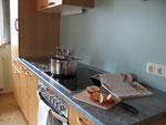 Küchenzeile mit Cerankochfeld, Backrohr, Geschirrspüler, Mikrowelle, Kühlschrank mit Gefrierfach,...