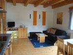 Wohn-Essbereich mit ausziehbarem Bett (integriert in Couch)