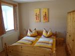 Schlafzimmer mit Doppelbett und Zusatzbett (für max. 2 Kinder)