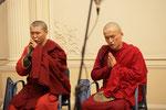 Буддийские монахи исполняют песнопения