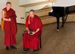Представители дацана исполняют буддистские молитвенные песнопения