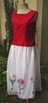 Für ein Konzert am späteren Nachmittag ein Seidenensemble: Der Jupe aus Seidenorganza, handgemalte Tulpen als Dekor, das separate Top nimmt die Tulpenfarbe wieder auf, handgewobene Tussah-Seide in kräftigem Rot