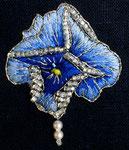 """die gestickte """"Brosche""""  (nach einem Original von Lalique) gibt dem schlichten Sommerkleid aus Leinen..."""