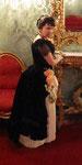 champagnerfarbener Plisseejupe, assymetrisches Dapée, overlay aus Samt- ---und Seidenschleifen, Seidenrosen...