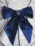 blaue Seidenschleifen allover, die seidenbezogenen Knöpfe sämtlich handbestickt mit Anker und Goldkette...