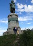 Au pied de la statue de Vercingetorix, sur le site d'Alésia