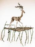 Mänadenzug, großer Hirsch, auf Platte mit Ästen drunter, Weintraubengeweih, Bronze patiniert