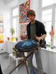 Handpan-Musik bei der Vernissage der Krefelder Künstlerin Daniela Küpper