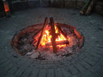 Das abendliche Lagerfeuer wurde von unseren Holzarbeitern und Feuerteufeln ständig am Brennen gehalten. Ein Ort der Behaglichkeit und der Begegnung.