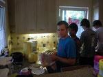Jungs beim Abwasch in der Küche. Und das mit einer solchen Begeisterung. Auch die gestandenen Kletterer schwangen das Geschirrhandtuch mit leidenschaftlicher Hingabe.