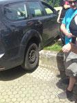 """Das Seminar """"kunstvoll Einparken"""" mit Erfolg bestanden. Herr Rieders Wagen war anscheinend einem Irrtum """"aufgesessen""""."""
