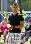 Zahed erläutert die Unterschiede des deutschen und des kiribatischen Schulsystems