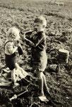 Mein kleiner Bruder und ich beim  Kartoffeleinsatz