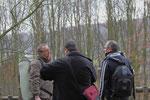drei diskutierende Fotografenfreunde