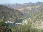 Blick auf den Douro mit Sperrwerk und Schleuse, Portugal