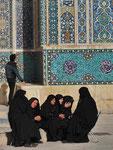 Trauernde Frauen vor der Freitagsmoschee in Yazd, I.R. Iran
