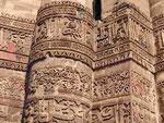Terrakottakalligraphien an den Wänden des Qutub Minar, Delhi, Indien