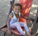 Kind am Strand von St. Marta, Kolumbien