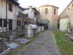 Baptisterium und römische Steinsärge vor der Kirche in Grado, Italien