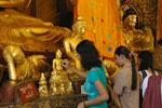 Goldplättchenspende  in Yangon, Myanmar (Burma)