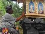 Tempelbilder werden frisch lackiert, Bali, Indonesien
