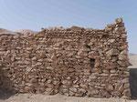 Trennmauer bei einem Totenwaschhaus des Zaroastrismus bei Yasd, I.R. Iran